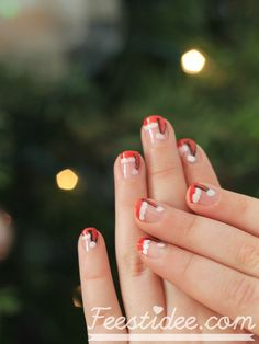 The perfect accessory for Christmas: cute and easy DIY Santa hat nail art | Perfecte accessoire voor kerst: kerstmuts nagels! | Feestidee.com