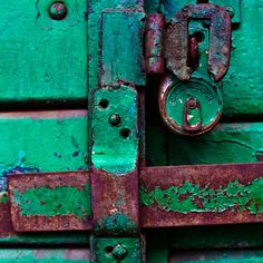 Patina green and rust Les Doors, Foto Macro, Color Secundario, Knobs And Knockers, Door Knobs, Peeling Paint, Rusty Metal, Shades Of Green, My Favorite Color
