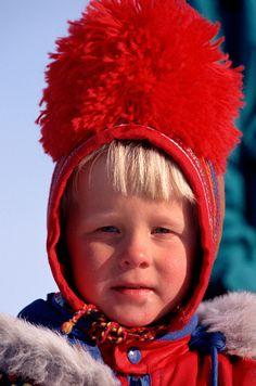 Sueco niño Sami bosque en el sombrero tradicional rojo pom-pom. Kautokeino, Noruega