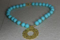"""Gargantilla """"Sol"""" Turquesa, con piezas chapadas en oro mate de 22k. #hojas #oro #gargantilla #collar"""