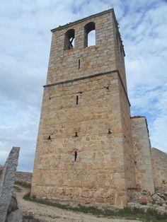 Jumela. Torre de la iglesia de la Asunción de Nuestra Señora. Nótense los huecos en fosma de saetera.