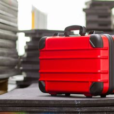 Unbearbeitete #Schaumstoffplatten mit einem roten Guardian Case von bwh Koffer.