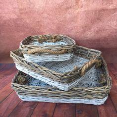 Ein Set bestehend aus 3 rechteckigen Korbschalen mit Kordelhenkel. Beispielsweise als Obstkorb, Brotkorb oder auch einfach nur zur Dekoration verwendbar.