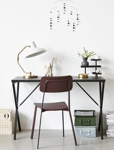Kleiner Arbeitsplatz mit verspielten Ablageflächen für Stifte, Fotos, Tesafilm...Der Tisch ist aus lackiertem Metall, von House Doctor.