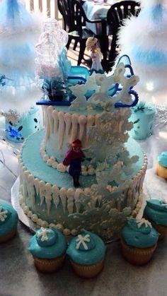 disney frozen them pary   Disney's frozen themed birthday cake!