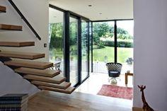 Anbau An Einfamilienhaus: Die Offene Treppe Zum Wohnzimmer Und Terrasse