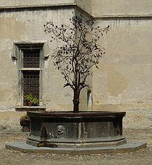 Castello di Issogne - particolare della fontana del melograno nel cortile del maniero.