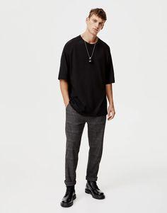 Oversize short raglan sleeve T-shirt - pull&bear Trendy Mens Fashion, Urban Fashion, Casual Outfits, Men Casual, Fashion Outfits, Men's Fashion, Checked Trousers, Pull N Bear, Men's Wardrobe