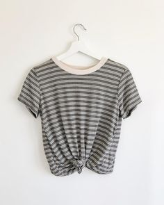 tied up t-shirt Pretty Outfits, Cool Outfits, Casual Outfits, Fashion Outfits, Outfits Winter, Spring Outfits, St Patrick's Day Outfit, Jumper Outfit, Affordable Clothes
