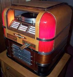 Wurlitzer model 61 countertop jukebox of 1939 art deco juke Music Machine, Slot Machine, Machine Video, Radios, Jukebox, Rock And Roll, Vintage Music, Vintage Box, Vintage Items