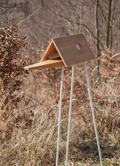 the elevated platform lets you watch blackbirds, goldfinches, bluejays and robins strut their stuff upon the stage.