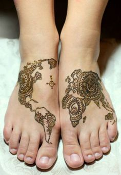Beautiful and different examples of Mehndi henna tattoo art. See examples of applying Henna, Mehndi and Henna. Henna Tattoo Hand, Henna Tattoo Bilder, Henna Tattoo Designs Arm, Henna Ink, Et Tattoo, Henna Body Art, Body Art Tattoos, Sleeve Tattoos, Tattoo Thigh