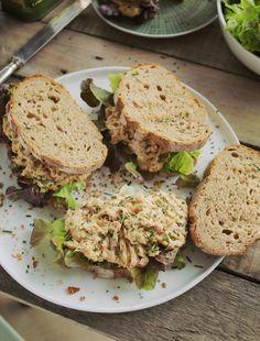 Így készül a legjobb tonhalkrémes szendvics   Street Kitchen Vegetarian Recepies, Cooking Together, Wrap Sandwiches, Salmon Burgers, Street Food, Seafood Recipes, Avocado Toast, Hamburger, Food Porn