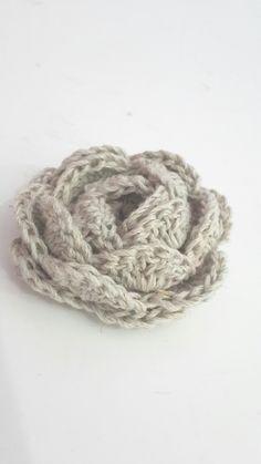 No Roll Rose crochet flower tutorial – Qays Design Knit Or Crochet, Crochet Motif, Crochet Crafts, Yarn Crafts, Crochet Projects, Chrochet, Crochet Flower Tutorial, Crochet Flower Patterns, Knitting Patterns