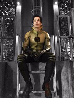 The Reverse Flash (Eobard Thawne) wearing the stolen identity of Earth 1 Harrison Wells (modern times.) Reverse-Flash is from the future of Earth Series Dc, Flash Tv Series, Movies And Series, Dc Movies, The Cw, Doctor Wells, Eobard Thawne, Flash Wallpaper, The Flash Grant Gustin