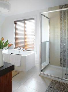8- Salle de bains avec douche en verre, baignoire autoportante