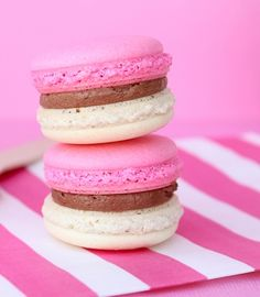 In my last post I shared with you guys Birthday Cake Macarons so I thought it's only right to share some Neapolitan Macarons to go with! I mean cake and ice cream. Bonbons Pastel, Just Desserts, Delicious Desserts, Strawberry Macaroons, Cookie Recipes, Dessert Recipes, Chocolate Hazelnut Cake, French Macaroons, Pink Macaroons