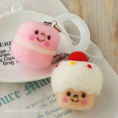 He encontrado este interesante anuncio de Etsy en https://www.etsy.com/es/listing/187188055/macaron-cupcake-sweets-strap-japanese