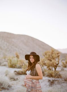 Desert Maternity Photo shoot scenic place for beautiful pregnancy photos