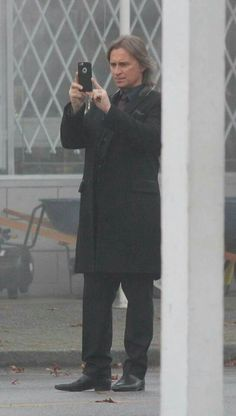 Robert Carlyle taking pictures on set OUAT S/5