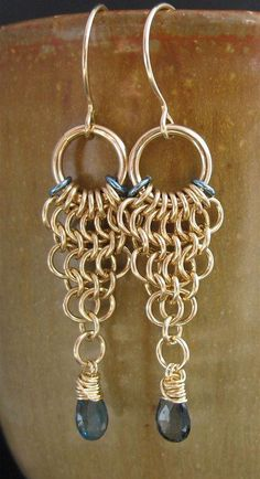 This simple knot style is simply sufficient for jewelry makers of all abilities … - Diy Jewelry Unique Copper Jewelry, Wire Jewelry, Beaded Jewelry, Jewelery, Jewelry Patterns, Jewelry Ideas, Jump Ring Jewelry, Bijoux Fil Aluminium, Diy Schmuck