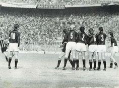 INTER-MILAN 2-0 1970-71 20a giornata di campionato reti: 1-0 al 12' Corso (nella foto l'azione del gol) 2-0 al 32' Sandro Mazzola. A gara finita il Milan rimane in testa alla classifica ma con l'Inter dietro di 1 solo punto, non ne approfitta il Napoli sconfitto a Torino dalla Juventus 4-1 che rimane dietro di 3 punti in classifica