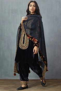 Buy Embroidered Draped Pants by Torani at Aza Fashions Velvet Pakistani Dress, Pakistani Formal Dresses, Pakistani Dress Design, Pakistani Fashion Party Wear, Indian Fashion, Indian Designer Outfits, Indian Outfits, Velvet Dress Designs, Drape Pants