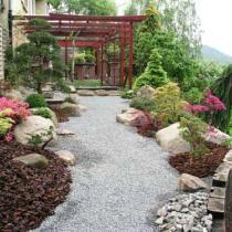 jardin con cesped artificial piedra decorativa alrededor de palmera bolos y piedras. Black Bedroom Furniture Sets. Home Design Ideas