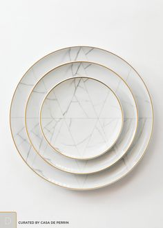 Carrara — Casa de Perrin An unexpected dinnerware line created by French designer Coline le Corre. A refined, geometric approach, inspired by the noble marble of Carrara. Deco Design, Küchen Design, Booth Design, Interior Design, Marble Gold, Carrara Marble, Design Plat, Vase Deco, Charger Plates