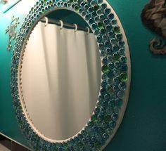 Espejo decorado con piedras de colores