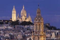 Torre de la Trinité d'Estienne d'Orves Iglesia con Sacre Coeur en el crepúsculo en París, Francia