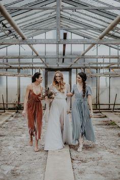 Bridesmaid dresses, Brautjungfern Outfits aus Samt, Jumpsuit in antique pink, dress in dusty blue, velvet dresses /Foto: www.annaenya.com