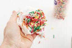 Приготовление оригинального слайма из радужной присыпки и соды Sprinkles, Candy, Food, Sweet, Toffee, Meal, Candy Notes, Essen, Candles