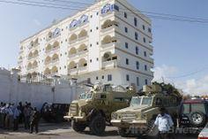 連続爆弾攻撃が起きたソマリアの首都モガディシオ(Mogadishu)にあるジャジーラ(Jazeera)ホテルを警備するアフリカ連合ソマリア・ミッション(AMISOM)の部隊(2012年9月12日撮影、資料写真)。(c)AFP/MOHAMED ABDIWAHAB ▼2Jan2014AFP|ソマリア首都の高級ホテルで連続爆弾攻撃、8人死亡 http://www.afpbb.com/articles/-/3005896 #Somalia #Soomaaliya #Somalie #Somali #Mogadishu #AMISOM
