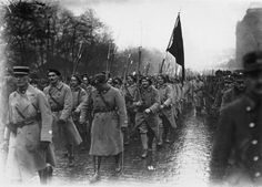Českoslovenští legionáři po návratu z Francie u Wilsonova nádraží v Praze.