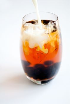 Boba Tea - Bubble Tea, it looks so damn tasty. I wonder if you can add alcohol flavours to it? Tea Recipes, Cooking Recipes, Boba Recipe, Yummy Drinks, Yummy Food, Vodka, Homemade Bubbles, Thai Tea, Chocolate Caliente