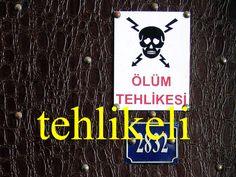---------- tehlikeli ---------- Bu hata tehlikeli! Orası tehlikeli. Dünyanın en tehlikeli adamı. ölüm tehlikesi ---------- https://www.facebook.com/LaytmotifSprachkalender/ http://www.laytmotif.de Foto: Schild an der Galatabrücke, Istanbul ---------- gefährlich, furchtbar. ---------- Dieser Fehler ist gefährlich. Dort ist es gefährlich. Der gefährlichste Mann der Welt. Lebensgefahr (eigentlich: Todesgefahr) ----------