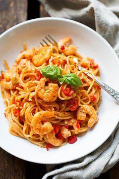Die Nudeln mit Garnelen und Tomaten-Sahnesauce sind absolutes Soulfood! Schnell, einfach und wie vom Lieblingsitaliener. Dieses 20-Minuten Gericht mit saftigen Scampis ist perfekt für den Feierabend.