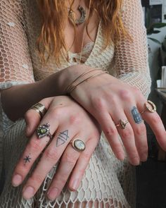 Florence Welch of Florence and the machine tattoos & rings - Florence and the Machine - Tattoo-Ideen Florence Welch Tattoo, Florence Welch Style, Stick N Poke Tattoo, Stick And Poke, Ring Tattoos, New Tattoos, Xo Tattoo, Boho Tattoos, City Tattoo