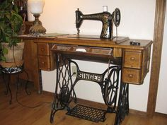 Singer sewing machine - looking forward to our craft room where my grandmothers machine will be. Treadle Sewing Machines, Antique Sewing Machines, Classic Singers, Old Singers, Vintage Tools, Sewing Studio, Old Things, Quilts, Antiques