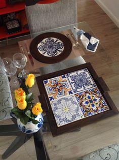 Adoro peças com azulejos estilo português! Mesa fofa!