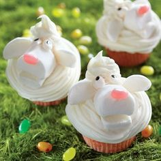 Funny Cream Lamb Cupcakes for Easter, Easter Food Ideas, Edible Crafts for Kids #2014 #easter #lamb #cupcakes www.loveitsomuch.com