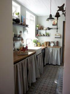 schoon tegeltje mogen ook op de vloer, alleen in de keuken... En ook een houten werkblad maar geen gordijntjes...