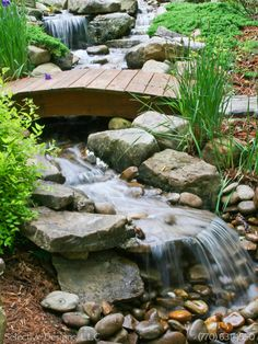 Best small waterfall designs giving the best natural refreshment in such a brilliant backyard with water features Image 31 Waterfall Landscaping, Garden Waterfall, Pond Landscaping, Backyard Stream, Backyard Water Feature, Ponds Backyard, Backyard Waterfalls, Natural Waterfalls, Natural Pond