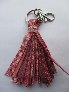 Porte-clés pompon en liberty mitsi valeria rose  tissus noués et grelot
