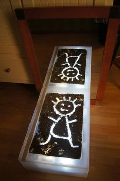 Sand is fun for drawing with your fingers. .. A mirror in front of the light table makes the experience twice as great - Fantasifantasten ≈≈