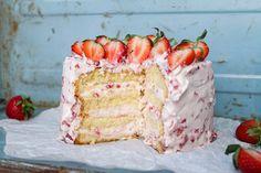 Himmelsk Jordgubbstårta är en av de godaste tårtorna som finns. Om inte DEN godaste. Den är även väldigt enkel att baka. Samma fyllning genom hela tårtan. Jag tycker verkligen att ni ska prova denna.