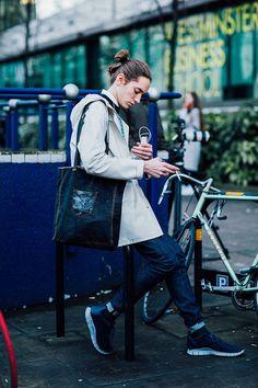 Street look à la Fashion Week homme automne-hiver 2016-2017 à Londres mannequin off duty street style homme queue