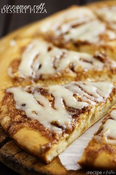 Inspired by Papa Murphy's Cinnamon Wheel, this dessert pizza has all of the goodness of a cinnamon roll! A buttery brown sugar cinnamon spread on top of a quick and easy pizza dough, and drizzled with a cream cheese glaze! We love pizza night at our. Cinnamon Desserts, Köstliche Desserts, Dessert Recipes, Cinnamon Pizza Recipe, Pizza Dough Cinnamon Rolls, Solo Pizza, Pizza Dessert, Eat Pizza, Gastronomia