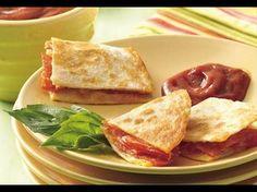 Mit Pizzazutaten gefüllte Weizen-Tortillas ergeben eine herzhaft-pikante Mahlzeit.